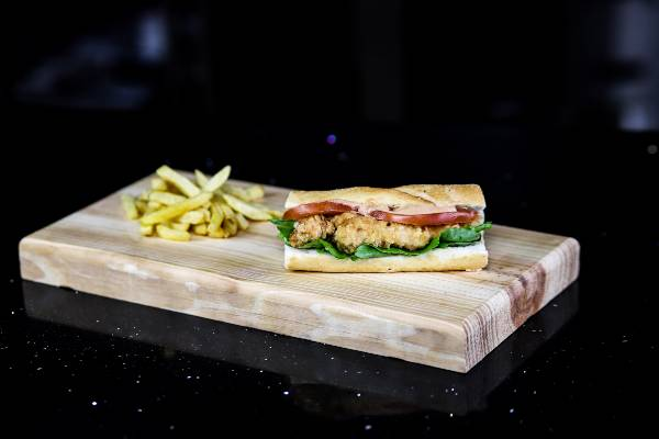 sandwich de pescado al estilo po boy